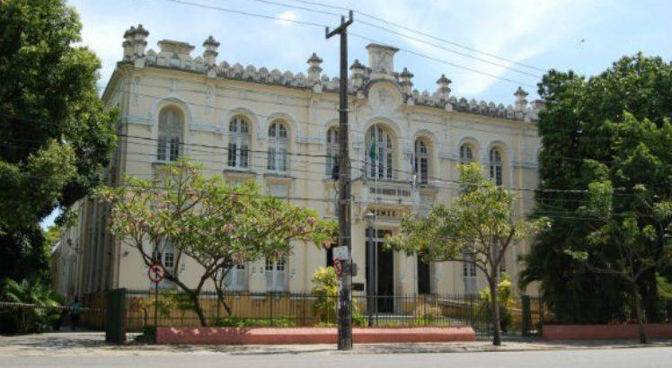 Câmara_Municipal_do_Recife-580×386-748×410